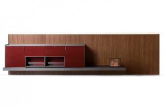 Jednou z významných a poutavých novinek výrobce Lema Mobili je nábytkový systém LT40 od designéra Davida Lopeze Quincocese, který koncepci tohoto modulárního a variabilního objektu řešil řadu let. Výsledkem jsou čtyři možné konfigurace počínaje volně stojícím nábytkem a konče závěsným systémem v mnoha různých materiálových a barevných provedeních. Cena od 109 941 Kč, WWW.STOCKIST.CZ