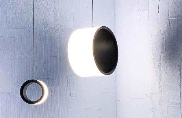 Kruh, archetypální a elementární geometrický tvar označující hranice prázdného prostoru, jakoby charakterizoval minimalisticky nenápadný design lampy Lost Lamp. Kolekce Lost (Magis) nabízí stolní, stojací i stropní světelná řešení a poskytuje natolik konzistentní zdroj osvětlení, že ho činí vhodným do jakéhokoli prostředí. V prostoru si dokáže získat pozici esenciálního solitéru. Tloušťka materiálu 2 cm, zdroj 4 000 lumenů, cena na dotaz, WWW.LINO.CZ