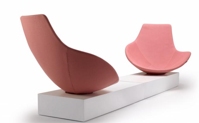 Otočné křeslo Babled Easy Chair (Offecct), design Emmanuel Babled, základna zcorianu či dřeva, laminované dřevo astudená pěna, textilie ikůže, cena nadotaz, www.offecct.com
