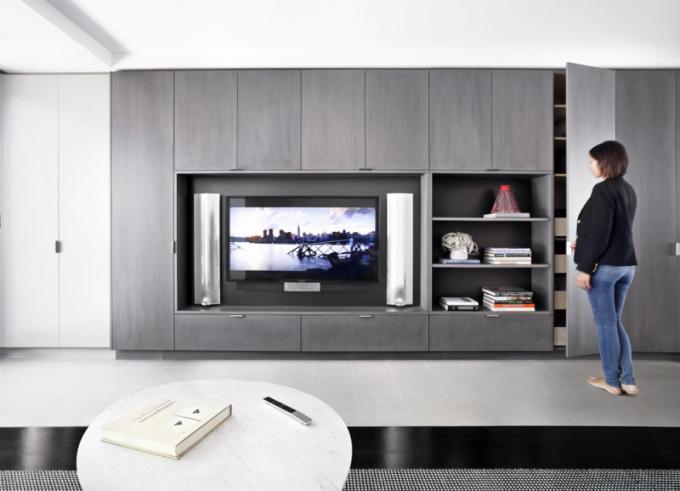 Obývací část je zařízena minimalisticky avdecentních barvách
