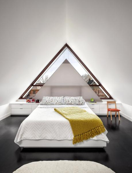 Kvůli atypickému tvaru okna bylo nutné nechat zhotovit trojúhelníkové rolety namíru
