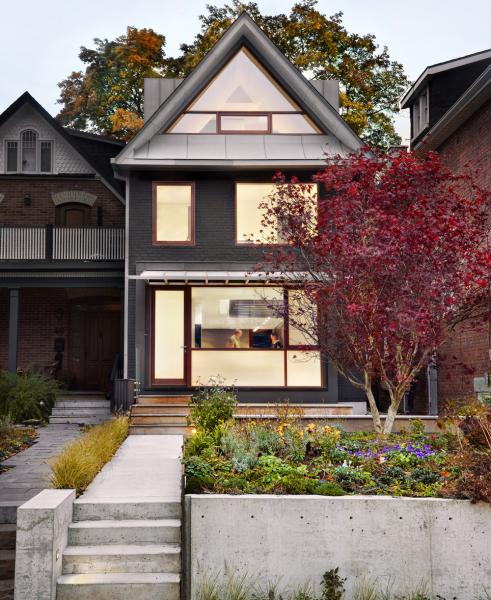 Válcovaný zinek včerné ašedé barvě zdobí fasádu domu Zn House