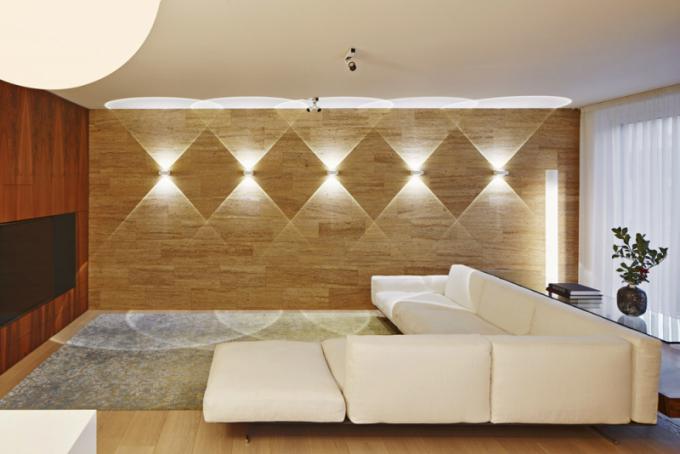Pro zachování maximální otevřenosti prostoru nahrazuje klasický konferenční stolek skleněná police zapohovkou odFlexform. Koberec znepálské vlny je odněmeckého výrobce  Jan Kath