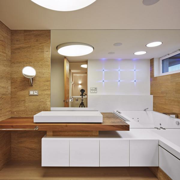 Koupelna vhorním patře mezonetu je vybavena hydromasážní vanou