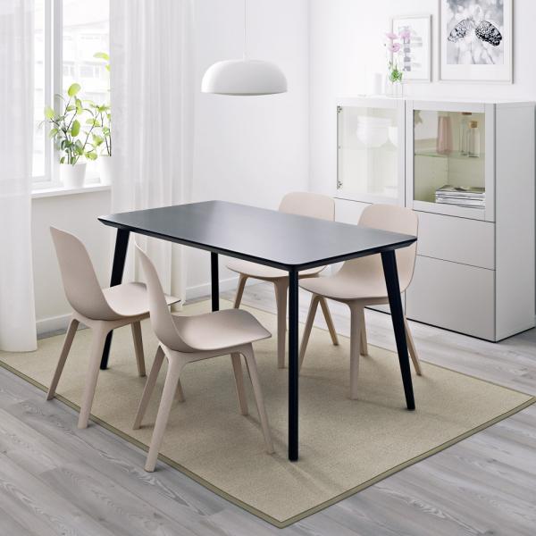 Černý stůl Lisabo (IKEA), nohy z masivu, deska 140 × 78 cm, cena 2 990 Kč, židle Odger, masiv a recyklovaný plast, cena 1 790 Kč, WWW. IKEA. CZ