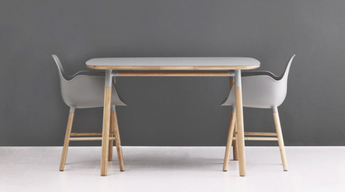 Jídelní stůl a židle Form (Normann Copenhagen), židle, dub/plast, cena podle typu od 5 320 Kč, stůl, dub, cena 31 600 Kč, WWW. DESIGNVILLE. CZ