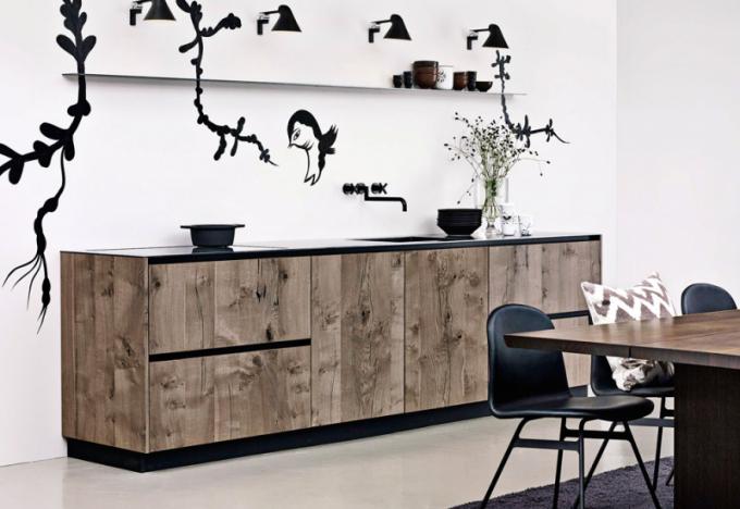 U kuchyňské sestavy ze série Form 6 (Multiform) je použité hrubě opracované dřevo v kombinaci s černými prvky, WWW. MULTIFORM. DK