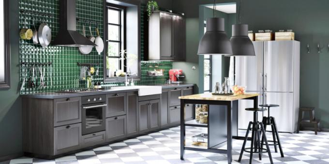Kuchyň sestavená z nábytku Metod (IKEA), ostrůvek Valdholma, barové stoličky Valfred, závěsné lampy Hektar, WWW. IKEA. CZ