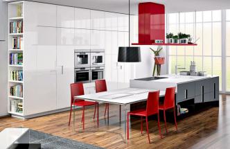 U kuchyňské sestavy Ernestomeda akcentují decentní bílošedé provedení nábytku výrazné červené židle a ostrůvkový odsavač, WWW. CSKARLIN. CZ