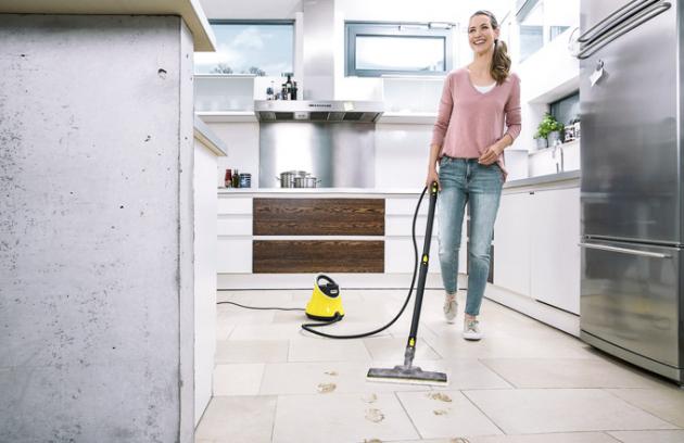 Vyčistí vše  Kärcher vylepšil jeden z nejprodávanějších parních čističů. Nový model má menší rozměry a o 200 g nižší váhu. Doba ohřevu je pouhých 6,5 minutya na jednu plnou nádržku uklidíte 75 m2. Výrazným prvkem je praktická rukojeť, díky které se přístroj snadno přenáší. Ve standardní výbavě je vše pro úklid podlah, skleněných ploch, umyvadla, armatury, digestoře, varné desky i obkladových dlaždic. Parní čistič Kärcher SC 2 Deluxe EasyFix (Kärcher),cena 3 990 Kč, www.karcher.cz