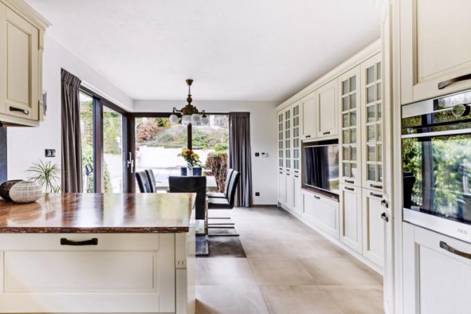 Nakuchyň navazuje jídelní část, odkud je možné vstoupit nazahradu. Nábytek vjídelně poskytuje velkorysé úložné prostory. Prosvětlení skříněk využívají majitelé kintimnímu osvětlení
