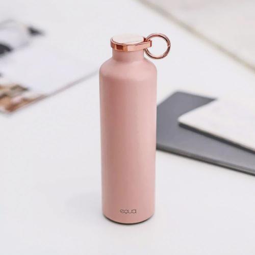 Bez plastových lahví Luxusní kolekce láhví Equa Basic (Equa) ze Slovinska šetří životní prostředí. Láhev je vyrobena zvysoce kvalitní nerezové oceli. Izolace dvojitých stěn udrží studenou vodu podobu 24 hodin ateplý nápoj 12 hodin. Vrchní část víčka je zdobena mramorem nebo kovem.  Nerezová ocel, mramor, kov, vhodné ipro horké nápoje, dostupná vpěti barevných variantách − růžové, bílé, tmavě šedé,  Mr. Glossy aMr. Matt, cena 1240Kč,  www.designBuy.cz