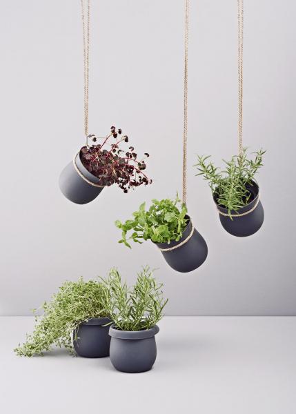 Udělejte si radost samozavlažovacím květináčem, ideálním pro vaše bylinky! Květináč Grow-it (Rig-Tig) má zabudovaný odtok aprostor pro přebytečnou vodu vzákladně, takže kořeny absorbují vodu podle potřeby, cena (včetně konopné šňůry pro zavěšení) 650Kč,  www.luxurytable.cz