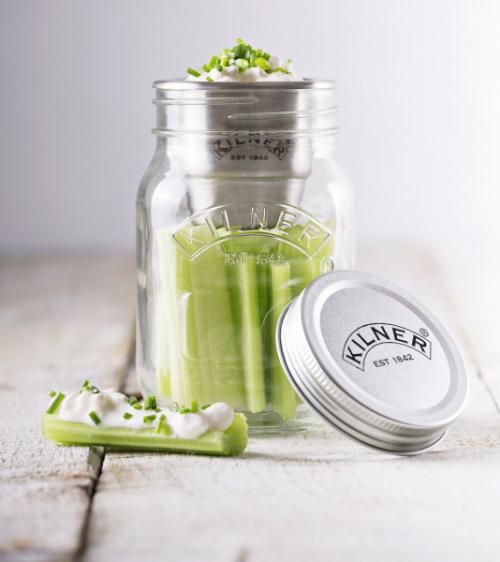 jídlo ssebou Půllitrová sklenice (Kilner) určená kukládání apřepravě svačiny je skvělým eko řešením namísto plastových krabiček. Navíc tak můžete všechny tekuté potraviny přenášet odděleně, dokud nebude ten pravý čas je smíchat. Sada sklenic svíčkem anerezovou nádobou nazálivku, objem 0,5l, cena 305Kč, www.luxurytable.cz