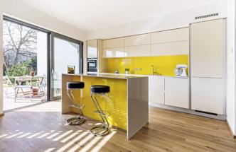 Kuchyňská sestava v provedení lesklý lak se skleněnými barevnými plochami je výraznou dominantou prostoru. Příjemným prvkem kuchyně s jídelnou je přilehlá terasa.