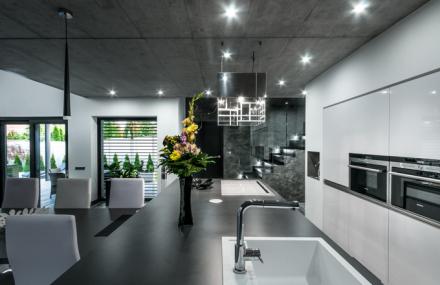 Netradiční interiér laděný do šedobílé