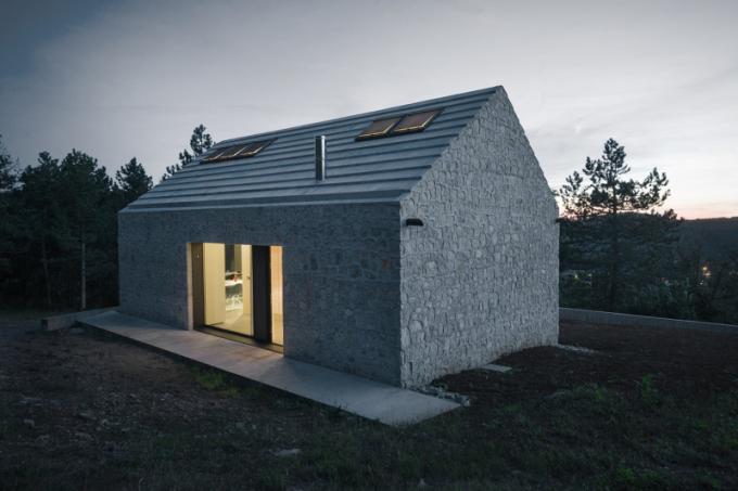 Region Karst ve Slovinsku je známý pro vápencové jeskyně a právě vápenec je jedním zmateriálů, který architekti využili při stavbě rodinného domu ve městě Vrhovlje.