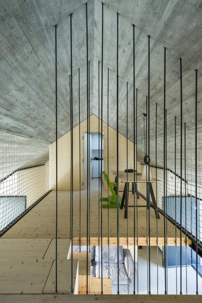 První patro, kde se nachází ložnice a dětský pokoj shernou, je naopak soukromým prostorem svýhledem na nebe.