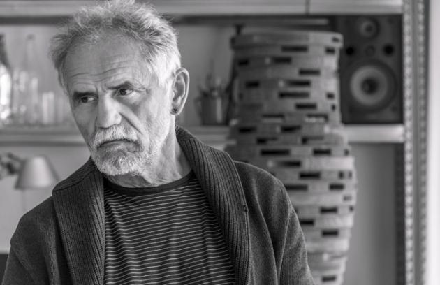 Profesor Jiří Pelcl je významnou osobností naší kultury sneuvěřitelně širokým záběrem. Výjimečný tvůrce ajeden ze zakladatelů postmoderny unás, teoretik designu ioblíbený pedagog, ale hlavně mimořádný člověk, který citlivě reflektuje okolní svět asvášní sobě vlastní ho už více než čtyřicet let  proměňuje vkultivované formy apodnětné myšlenky.