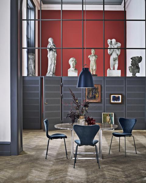 Speciální edice židlí Lala Berlin (Republic of Fritz Hansen), design Arne Jacobsen, odstín půlnoční modř, látkové čalounění, 82 × 46 × 52cm, cena cca od11316Kč,  www.stockist.cz