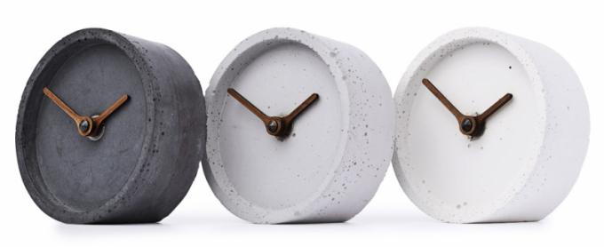 Betonové stolní hodiny Touch (Clockies), ručičky zořechového dřeva, průměr 10cm, cena 1290Kč,  www.clockies.eu