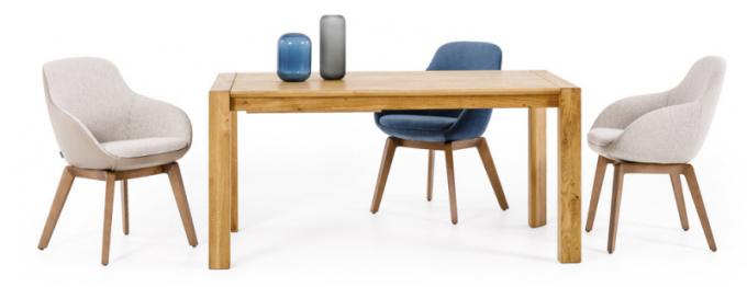 Masivní jídelní stůl Hor s rozkladem, dub sukatý, rozměr 160 × 90, cena 36469Kč, celočalouněná jídelní židle Sia, cena od 12 378 Kč