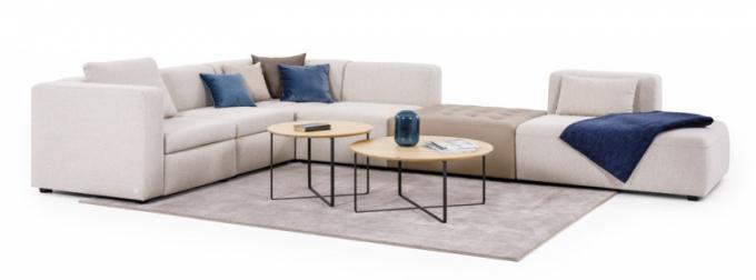 Modulová sedací souprava Neff, kombinace látky a vloženého koženého taburetu, designové konferenční stolky Trick, podnoží černý komaxit, deska dub