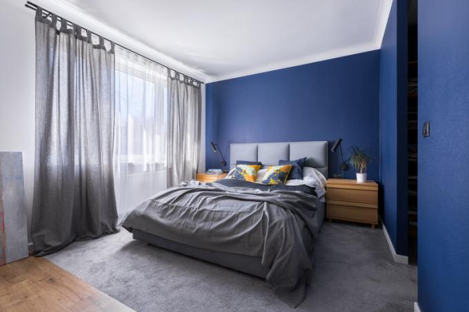 Ložnice je jediným pokojem, který má barevné stěny.