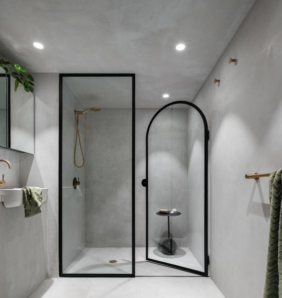 Bydlení se nachází v přestavěné budově skladu. Interiér je založený na minimalistické estetice s tlumenou paletou barev a sochařskými tvary.