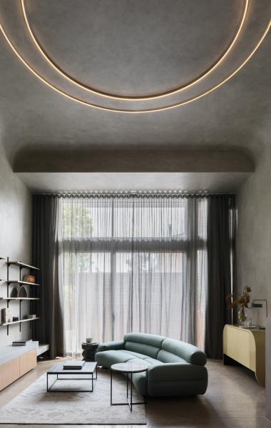 Díky oknům od podlahy ke stropu je vinteriéru dostatek přirozeného světla, což pomáhá zabránit tomu, aby byl prostor příliš tmavý a fádní