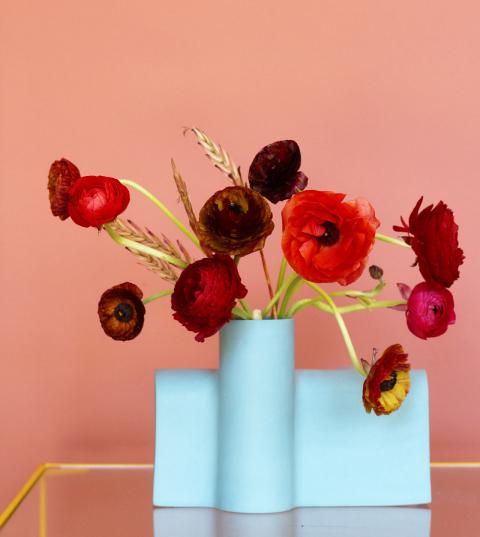 Vázy jsou ručně vyráběné. Zbarev je možné zvolit od slonovinově bílé, černého uhlí, šalvějově šedé, zelenohnědé po nebesky modrou a korálovou.