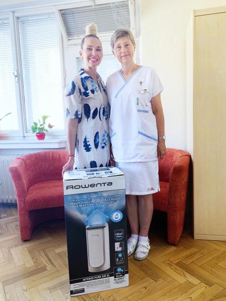 Influencerka Michaela E. G. Mašková  předává čističku vzduchu Rowenta Intense Pure Air XL v brněnské nemocnici