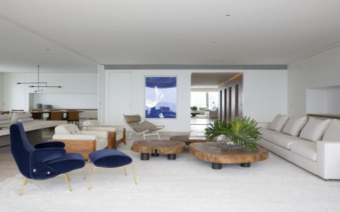 Včele s dlažbouTravertino Navona v obývací části převládá paleta jemných světlých barev, kterou místy narušují tóny modré vpodobě obrazu brazilského umělce Carlito Carvalhosy nebo modrého křesla Delfino (Artflex) od Erberta Carboniho.