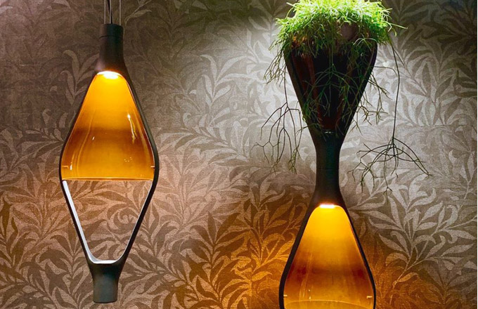 Viceversa (Kundalini) kombinuje systém vertikální zahrady s dekorativním osvětlením, přičemž jednotlivé moduly lze libovolně skládat do mnoha kompozic. Noé Duchaufour-Lawrance si vytyčil cíl vytvořit design, který změní způsob myšlení o životním prostředí a umožní vpustit zeleň do interiéru prostřednictvím funkčního produktu. Kovová konstrukce v černé barvě příjemně kontrastuje s barevným difuzorem ze skla. Ø 25 cm, výška 68 cm. Cena na dotaz, WWW.AULIX.CZ