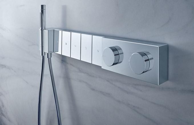 Oblíbená řada Axor Edge (Hansgrohe) se rozšířila o termostat Select 680/100, který umožňuje jednoduché přepínání mezi pěti režimy sprchování pro větší požitek z relaxační očisty. Samozřejmostí je možnost současného použití více režimů zároveň a bezpečnostní zámek při 40 °C. Součástí je také ruční sprcha a sprchová hadice. Cena na dotaz,  WWW.HANSGROHE.CZ