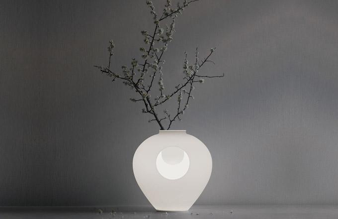 Madre (Foscarini) je okouzlující objekt z borosilikátového skla, který slouží jako lampa a váza zároveň. Symbolizuje střídání dne a noci a má nám mj. pomoci rozpomenout se na mýty představující světlo a temnotu jako dvě přirozené součásti jediného celku. Design Andrea Anastasio, výška 36 cm, cena zatím nebyla stanovena, WWW.BULB.CZ