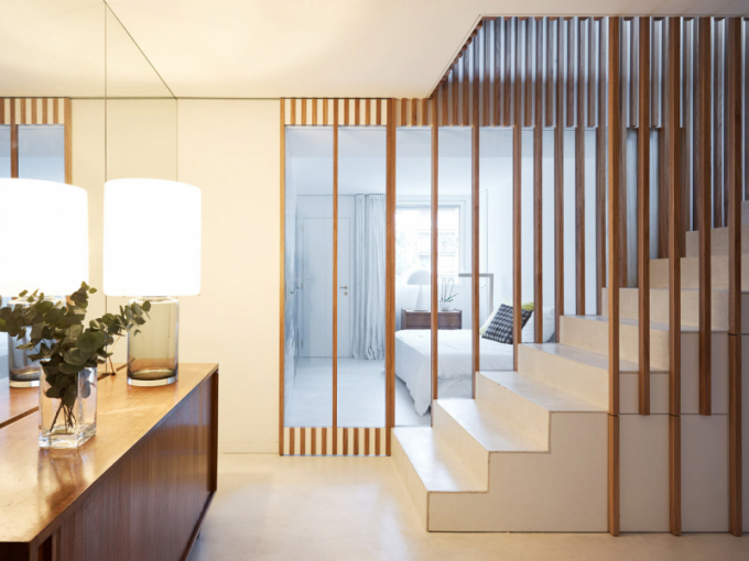 Výrazným prvkem interiéru je nejen strop sodhalenými dřevěnými trámy, ale také schodiště, které organizuje využití celého prostoru.