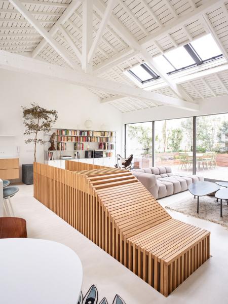 Architekti na 172 m2 vytvořili prosvětlený obytný prostor s otevřeným uspořádáním a zařízením v minimalistickém stylu.