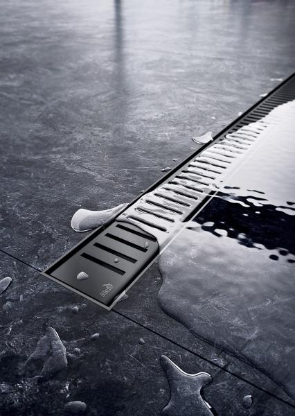 Nerezový odtokový systém pro zabudování do stěny APZ5 Spa +kryt Shade. Voda vtéká do žlabu pouze mezerou mezi okrajem dlažby a krytem
