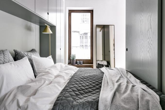Ložnice disponuje dvěma posuvnými dveřmi umožňujícími přístup kposteli zobou stran