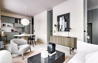 Iten nejmenší byt vMono apartments poskytuje dostatek místa pro setkávání. Komu by to nestačilo, může využít restauraci vpřízemí nebo společnou střešní terasu