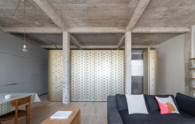 Dominantním prvkem je surový beton.