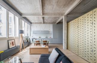 72 m2 velký byt se nachází v průmyslové budově z 20. let minulého století v 11. pařížském obvodu.