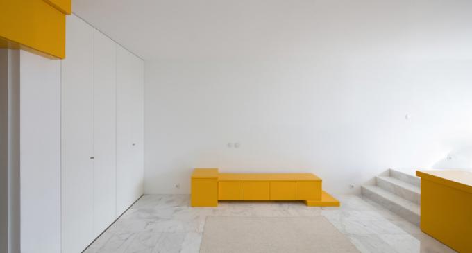 30 m2 prostor sbílými stěnami a tři různé objekty výrazné žluté barvy, jejichž výsledkem byla dramatická proměna prázdného prostoru.