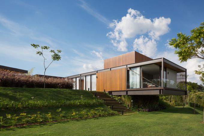 Rozsáhlý terén s výhledem umožnil výstavbu rezidence vjedné rovině. Část domu, kde se nachází hlavní ložnice, vytváří přesah nad svahem směrem k jezeru. Fasáda orientovaná do ulice je složena z nízkých vodorovných bloků přizpůsobených tvaru terénu.