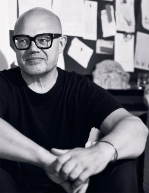 RONY PLESL JDE S KŮŽI NA TRH  Sklářský výtvarník, produktový designér a pedagog Rony Plesl po čtyřiceti letech práce se sklem objevil novou cestu.