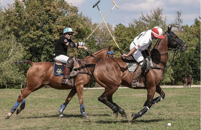 VČeské republice se poprvé hrálo pólo vroce 1993 na pražském Strahově při návštěvě anglického prince Edwarda vPraze. Turnaj vpólu je zároveň výjimečnou společenskou události, kterou tradičně provází velmi specifická pravidla i voblékání návštěvníků. Např. britské hřiště vAscotu, kde se konají nejprestižnější turnaje vpólu, vydává každoročně průvodce oblékáním kdanému ročníku a tento dres code je také striktně vyžadován. Každé utkání je tak velmi zajímavou podívanou na hřišti i vhledišti.