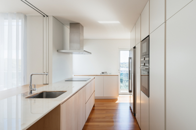 Klient požádal architekty zportugalského studia RAS·A o návrh bydlení čítající čtyři místnosti, společenskou část a zvětšené vnější prostory.