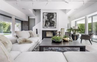 Noblesu prostředí podporuje užití italského mramoru. Obývací části dominuje rohová sedací souprava (Flexform), která se stejně jako křesla Poliform krásně vyjímá nahedvábném koberci tkaném vIndii