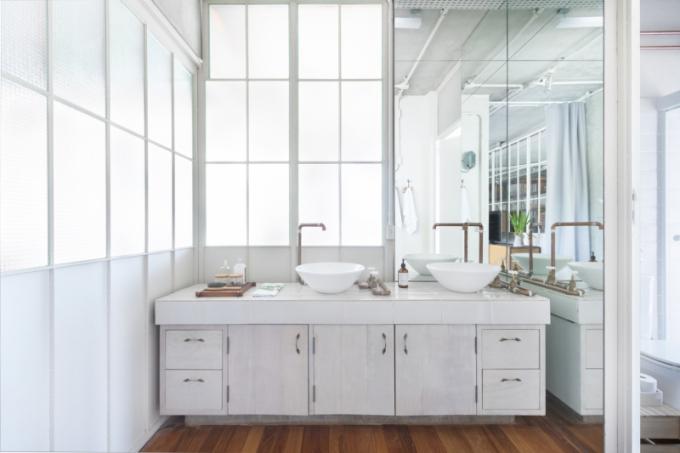 Do koupelny byla zvolena bílá keramika a měděné trubky, které dodaly místnosti jedinečný vzhled.